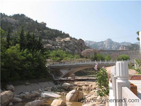 晓望水库就在大坝后面,那座桥的北头就是收费口。