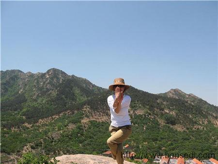 在山顶悬崖边上练瑜伽