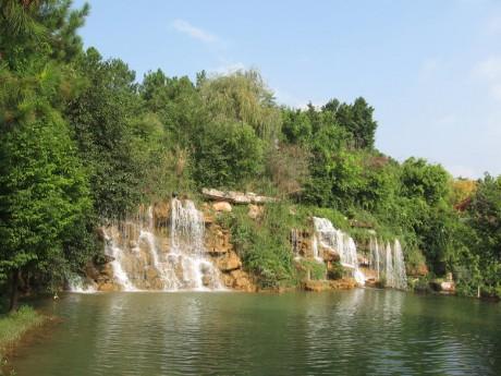 弥勒湖泉生态园瀑布图片